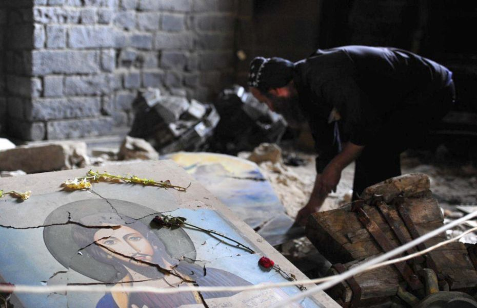DiocesiTorino: un cristiano tra le macerie di una chiesa in Siria