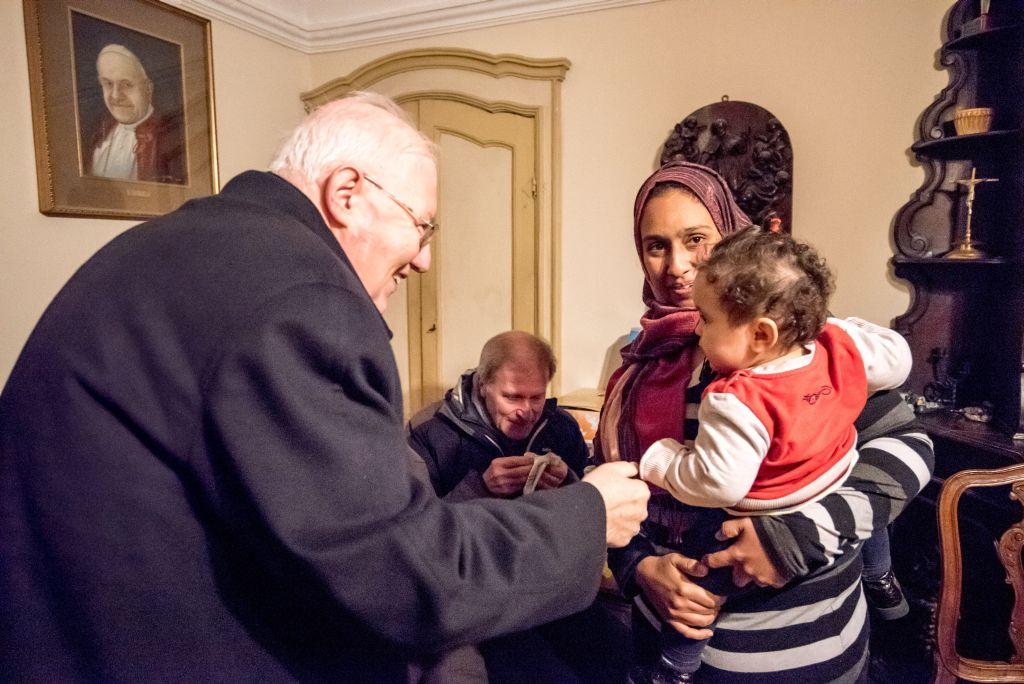Mons. Nosiglia visita una famiglia di profughi ospite alla casa di accoglienza di Rivoli, dicembre 2016 (foto: Massimo Masone)