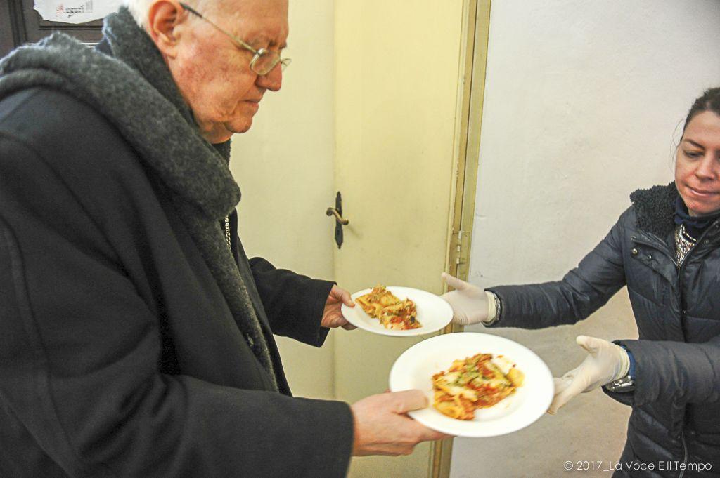 Mons. Nosiglia presta servizio al pranzo per i poveri organizzato da S. Egidio, Torino 25 dicembre 2017