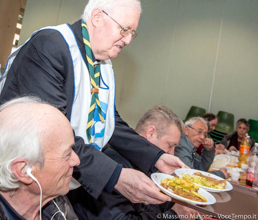 Mons. Nosiglia serve il pranzo con i volontari alla mensa festiva di via Cumiana – Torino 7 aprile 2019