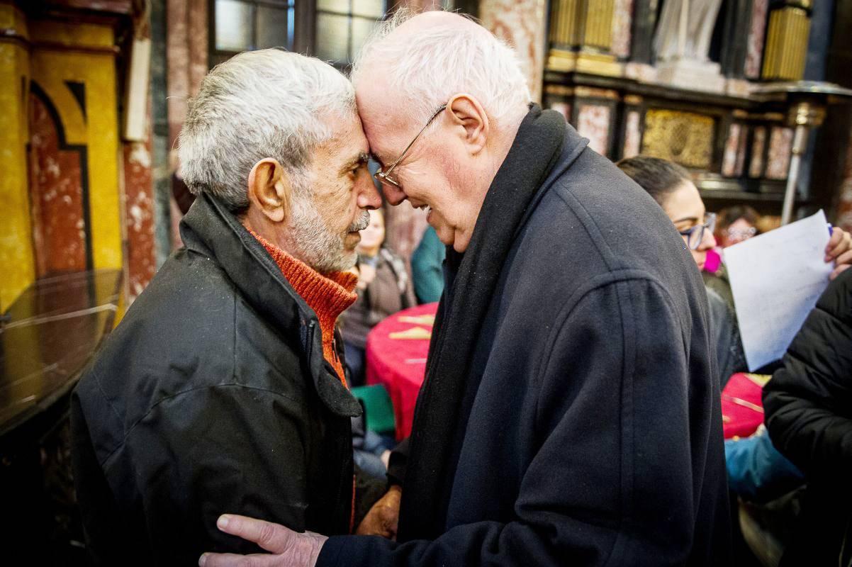 Diocesi Torino: mons. Nosiglia con un ospite al pranzo di Natale della comunità di Sant'Egidio nel 2018