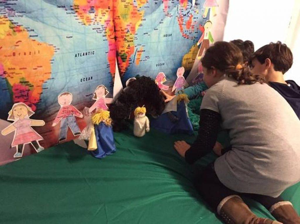 Diocesi Torino: alcuni studenti davanti a un presepe