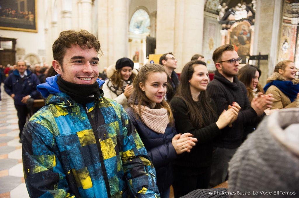 Diocesi Torino: gruppo di ragazzi a messa