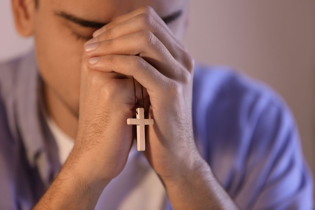 Diocesi Torino: giovane in preghiera