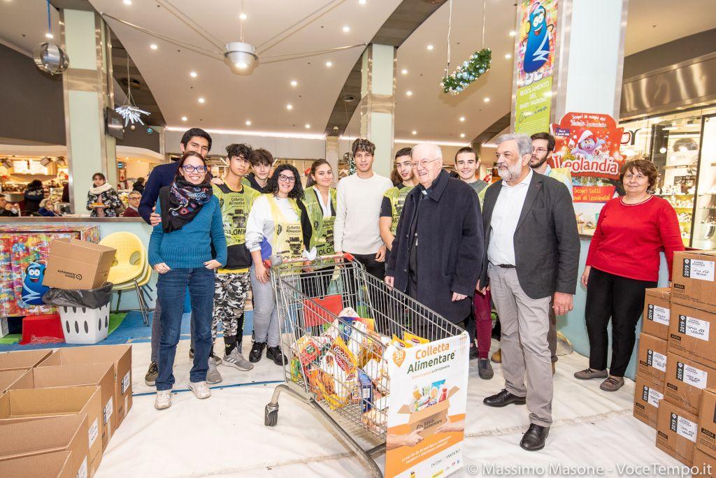 Diocesi Torino: mons. Nosiglia con i volontari della Colletta del Banco Alimentare a Torino, 30 novembre 2019