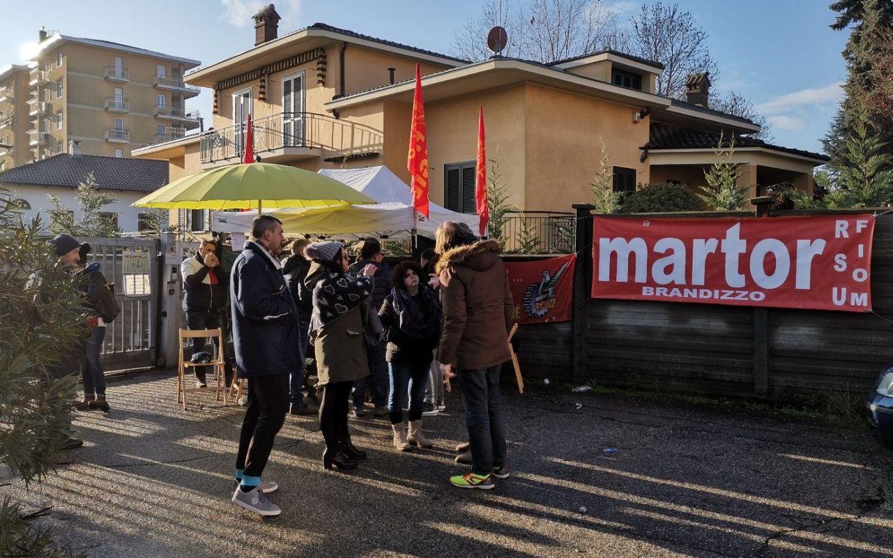 Diocesi Torino: protesta degli operai davanti alla Martor di Brandizzo